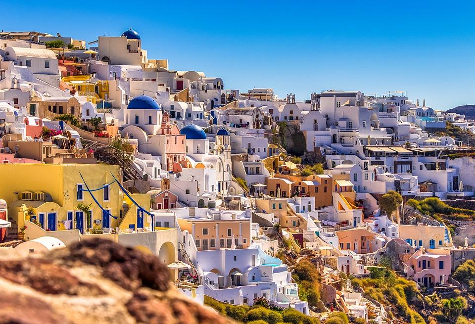 Греция - очень красивая страна с приятным климатом. Вы можете реально захотеть сюда переехать, хотя условия получения ВНЖ за инвестиции этого и не требуют