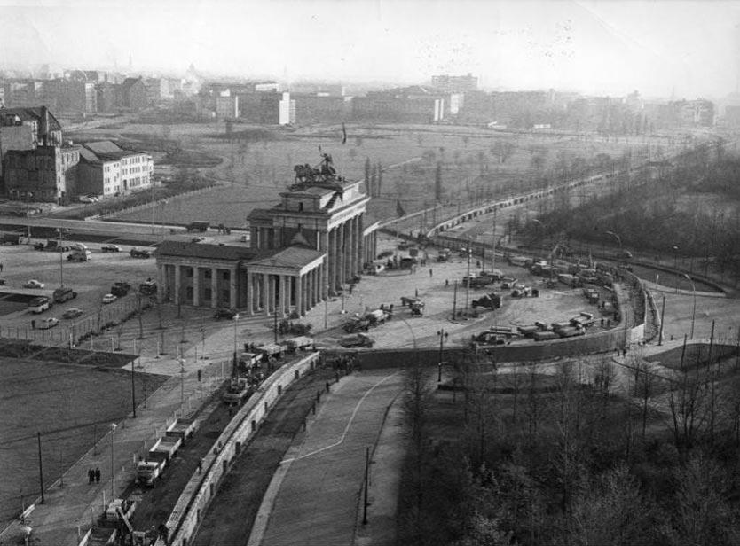 Берлинская стена: два города, два мира