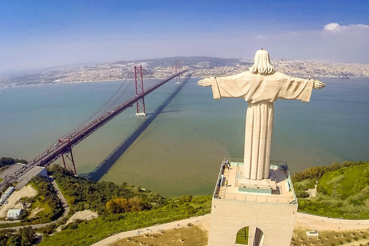 Лиссабон - мост и статуя